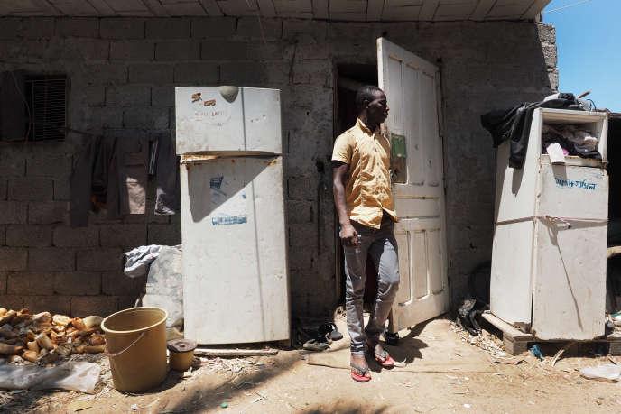 Mohamed est collecteur de déchets. Il a 27 ans et est arrivé du Niger il y a deux ans. Ici devant son logement dans un ghetto situé à côté du centre de tri. Il attend d'avoir suffisament d'argent pour rentrer dans son pays d'origine, le Niger. Tripoli, le 18 juillet