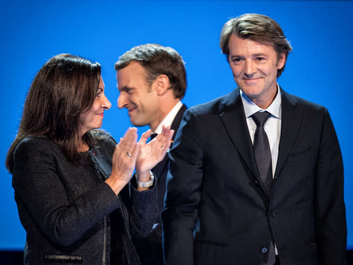 Le président de l'AMF (Association des maires de France) François Baroin est félicité à la fin de son discours par la maire de Paris Anne Hidalgo, le 23 novembre à Paris.