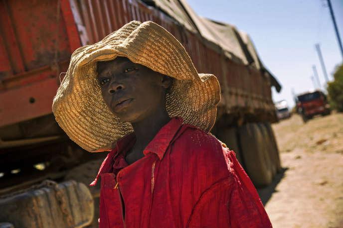 Un enfant passe à côté d'un camion transportant des pierres extraites d'une mine de cobalt à Lubumbashi, en République démocratique du Congo, en mai 2016.