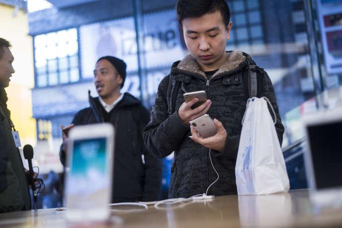 Des clients examinent le nouvel iPhone X dans un Apple Store à Pékin, le 3 novembre 2017.