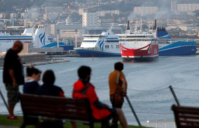 Des badauds assitent au départ du ferry «Pascal Paoli» de la companie Corsica Linea, dans le port de Marseille, le 8 septembre.