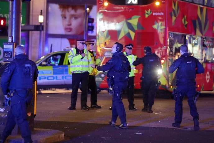 Un important dispositif policier a été déployé aux abords de la station de métro Oxford Circus, la police assurant que l'incident était traité comme s'il était « terroriste».