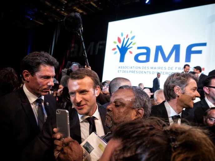 Le Président de la République Emmanuel Macron, accompagné du président de l'AMF François Baroin, prend un bain de foule, le 23 novembre 2017, àl'issue de la cession de clôture du 100e congrès des maires de France, au Parc des expositions de la Porte de Versailles à Paris.