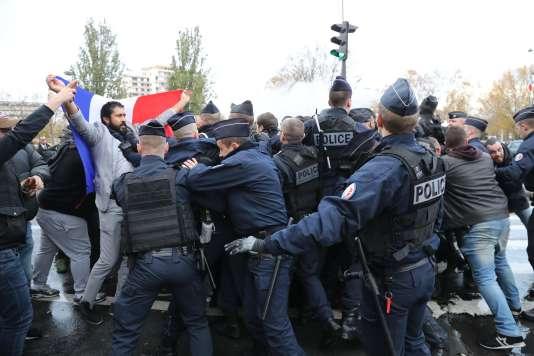 Des chauffeurs de VTC face à un barrage de police à proximité de la porte Maillot, à Paris, le 24novembre 2017.