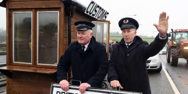 Des manifestants déguisés en douaniers ont installé un faux poste-frontière, à Killeen, près de Dundalk, en République d'Irlande.