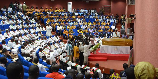 Les députés burkinabés se rassemblent autour du cercueil de Salif Diallo, l'ancien président de l'Assemblée nationale, le 24août 2017, à Ouagadougou.