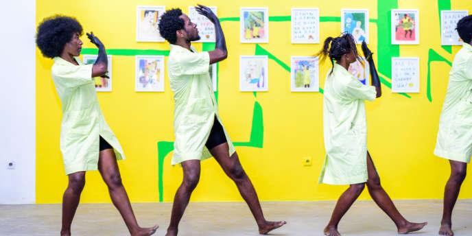 Le spectacle conçu par l'artiste marocain Soufiane Ababri devant ses œuvres au mur, dans le cadre de l'exposition «MovingFrontiers» au centre Doual'Art de Douala, au Cameroun.