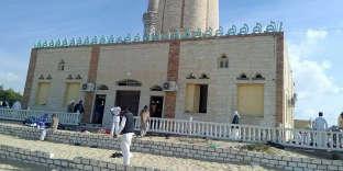 La mosquée Al-Rawdah est notamment fréquentée par des adeptes du soufisme, un courant mystique de l'islam que l'organisation Etat islamique (EI) considère comme hérétique et appelle à combattre.