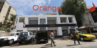 Devant la filiale d'Orange à Dakar, au Sénégal, en décembre 2016.