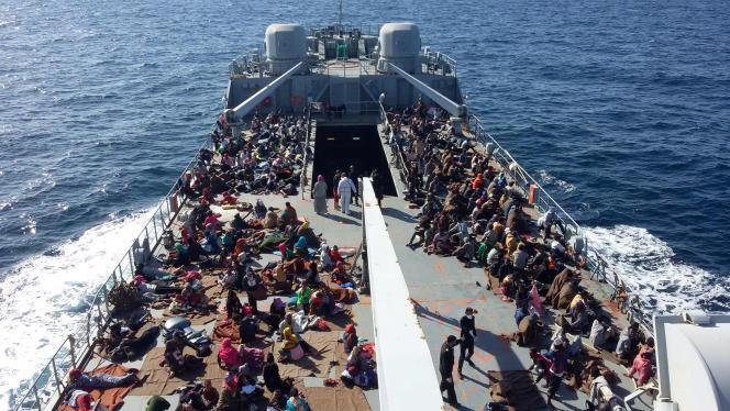 Ces migrants, le 24 novembre au large de Tripoli, sont rapatriés en Libye après avoir été interceptés par des gardes-côtes libyens.