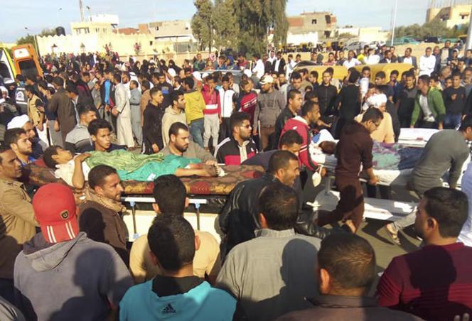 Des blessés sont évacués après l'attaque d'unemosquée à Bir-al-Abed, le 24 novembre.