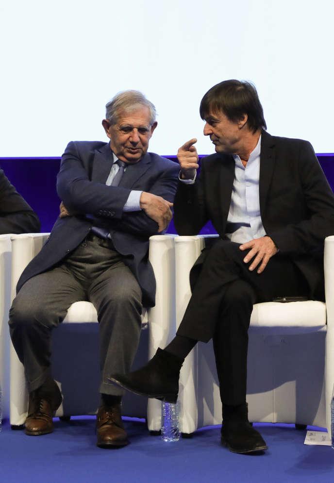 Le ministre de la cohésion des territoires, Jacques Mézard (à gauche), et celui de la transition écologique et solidaire, Nicolas Hulot, lors du 100e Congrès des maires de France, à la Porte de Versailles (Paris), le 23 novembre.