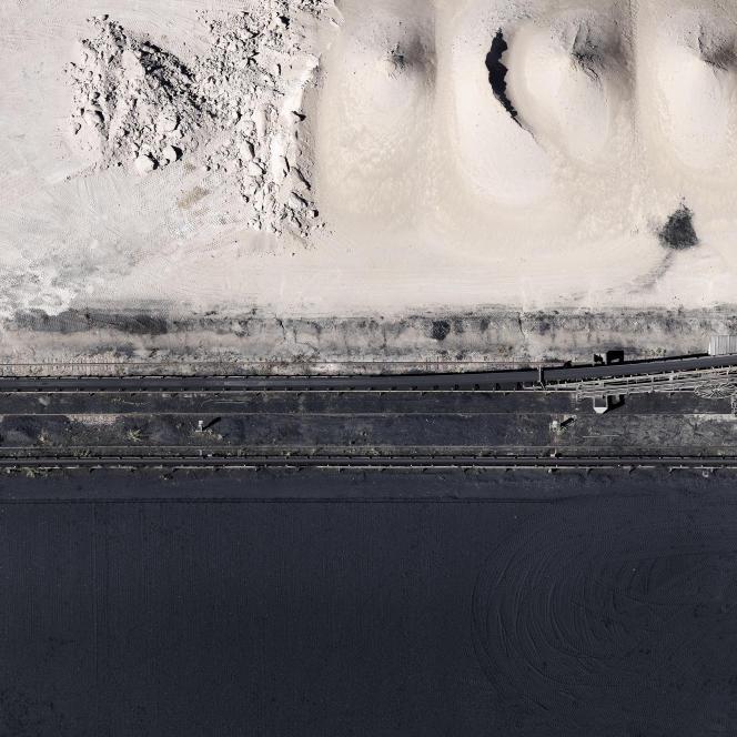 Depuis près de dix ans, Jérémie Lenoir photographie des paysages contemporains. Il s'est particulièrement intéressé aux modifications des frontières ville-campagne à travers son projet «Marges». Ci-contre,«Extraction, Juziers», 2012.
