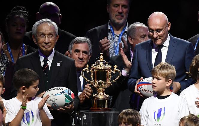 Bernard Laporte (à droite), samedi 25 novembre 2017 à Nanterre, présentant le trophée de la Coupe du monde.