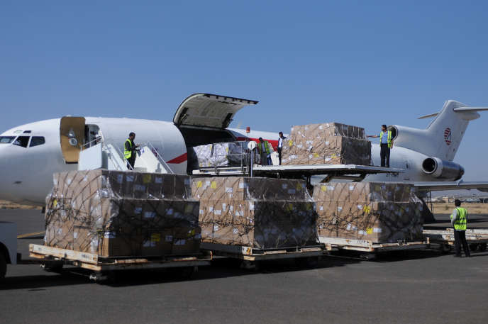 Des cartons déchargés à l'aéroport de Sanaa, le 25 novembre.