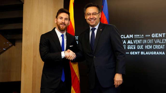 C'est LA photo que les supporters attendaient : Lionel Messi a enfin paraphé samedi 25 novembre, aux côtés du président du club Joseph Maria Bartomeu, son nouveau contrat le liant jusqu'en 2021 au FC Barcelone