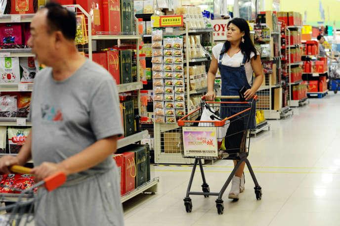 Dans un supermarché de Qingdao (province du Shandong), en septembre 2015.