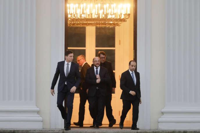 Martin Schulz, président du SPD (au centre) quitte le palais de Bellevue, la résidence du président allemand, après une entrevue avec ce dernier, le 23 novembre.