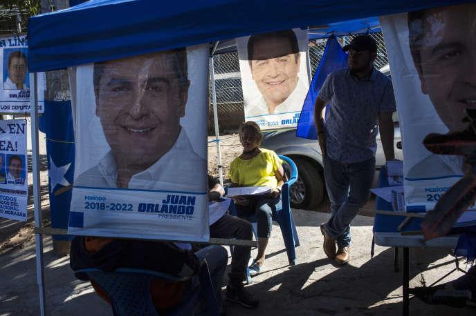 Les kiosques aux couleurs des deux principales formations politiques ont été installés à Tegucigalpa, Honduras.