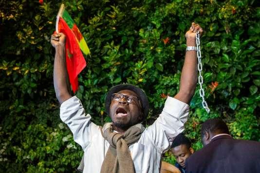 Un manifestant devant l'ambassade de Libye à Rabat au Maroc, le 23 novembre.