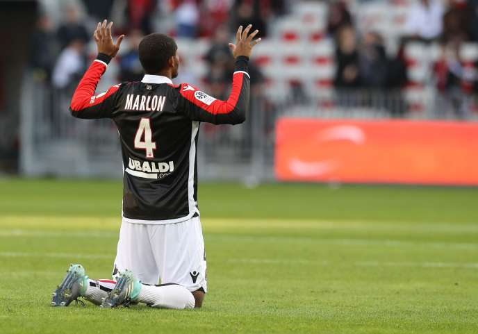 Le défenseur brésilien de Nice, Marlon, implore peut-être Dieu. Ce dernier n'a pas l'air de se préoccuper du club niçois qui a sombré face à Lyon (5-0).