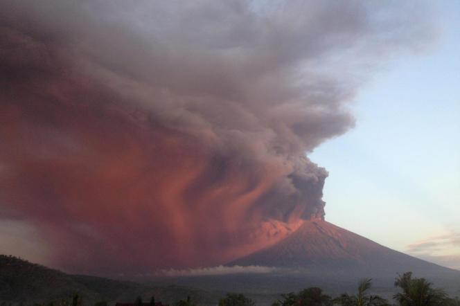 Le panache de fumée traversé par la lumière rougeoyante de l'aube, le 26 novembre.