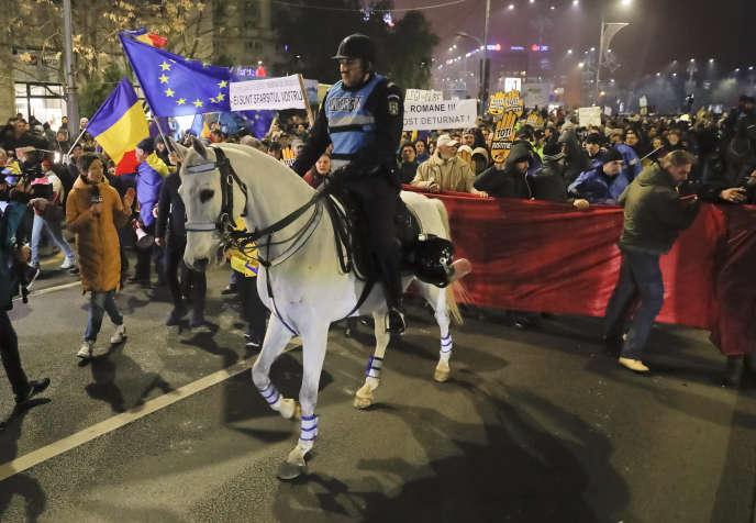 Lors d'une manifestation à Bucarest le 27 novembre pour crier leur opposition à la réforme judiciaire du gouvernement.