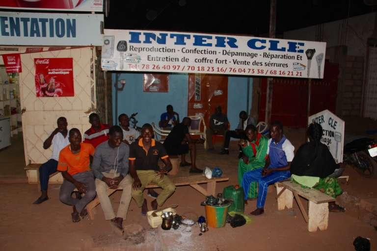 La République du Grin, un Etat voisin du Burkina Faso qui n'existe pas, rassemblée ici autour d'un thé.