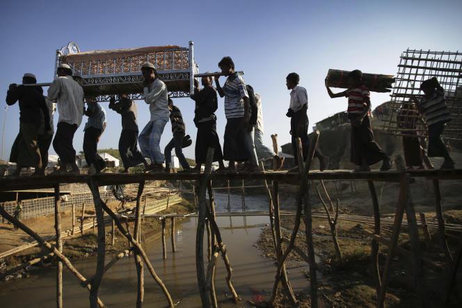 Des Rohingya portent le corps d'un homme dans un camp de réfugiés le 26 novembre au Bangladesh.
