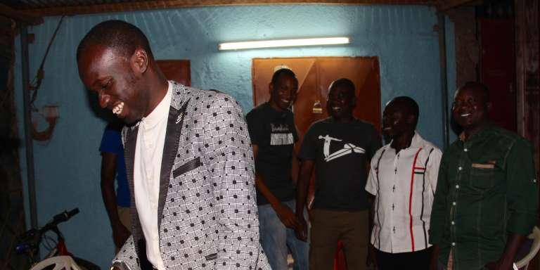 Le président de la République du Grin (au premier plan), un Etat voisin du Burkina Faso qui n'existe que pour se moquer de la politique burkinabé.