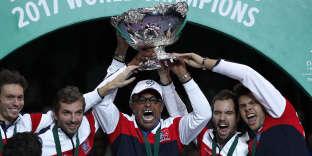 Yannick Noah soulève le trophée de la Coupe Davis, le 26 novembre 2017 à Lille.