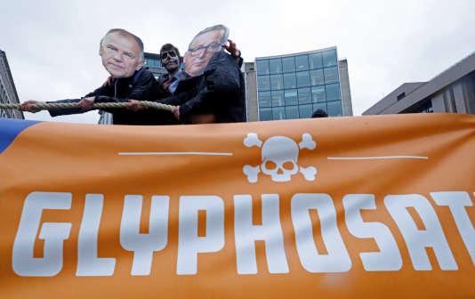 Manifestation devant la Commisison européenne après la décision de Bruxelles d'autoriser le renouvellement duglyphosatepour une durée de cinq ans, le 27 novembre.