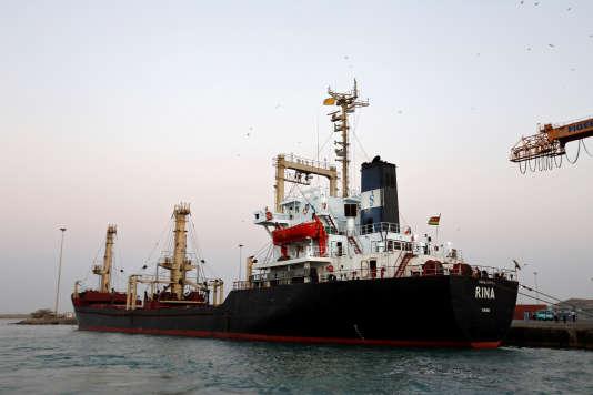 Un bateau transportant 5 500 tonnes de farine est stationné dans le port d'Hodeïda situé sur la mer Rouge, le 26 novembre.