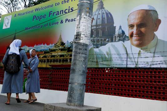 Affiche annonçant la venue du pape François à Rangoun (Birmanie), le 26 novembre.