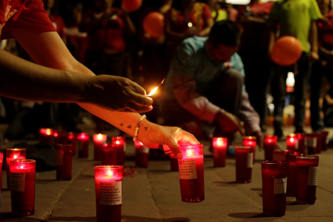 Des membres d'organisations mexicaines de lutte contre le VIH allument des bougies sous le slogan «Deux nations, un cœur» pour commémorer les victimes de la maladie.