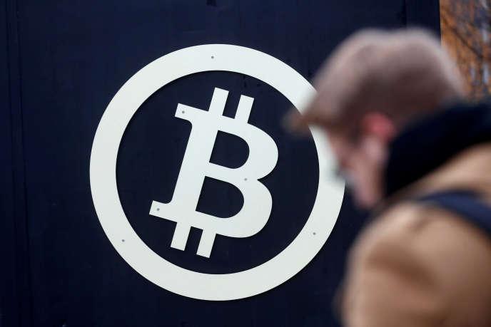 Le cours du bitcoin a franchi le seuil symbolique des 10 000 dollars, après des semaines d'une flambée aussi vertigineuse qu'inédite.