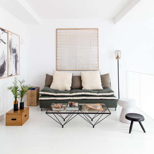 Chez Zeuxis, au 1er étage de la boutique-appartement, canapé Caravane au tissu exclusif, lampe de Violaine d'Harcourt et table basse de Paolo Piva, sous un tableau de Natalia Jaime Cortez.