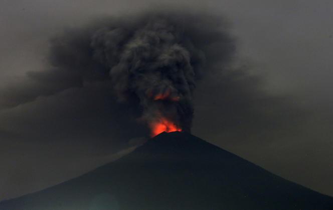 Le mont Agung à la nuit tombée, lundi 27novembre.