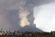 Depuis le 21novembre,le volcan du mont Agung gronde. Un panache de fumée grise de trois kilomètres de haut s'élève depuis son cratère et des coulées de lave froide, appelées«lahars», ont été observés.