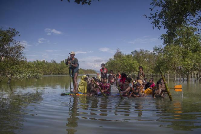 Des Rohingya fuyant la Brirmanie pour aller au Bangladesh, le 11 novembre.