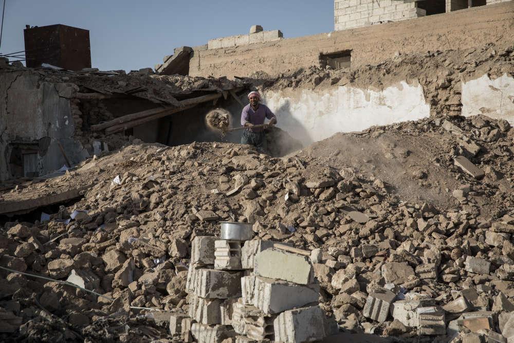 Dans un faubourg de Rakka nommé Meschleb, le 16 novembre. Les maisons ont été détruites par des frappes aériennes menées par la coalition internationale. Cet homme déblaie les ruines de sa propre maison.
