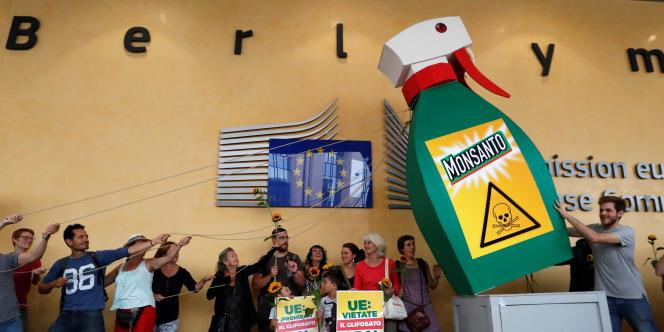 Manifestation contre l'usage du pesticide Roundup fabriqué par la société Monsanto, à Bruxelles le 19 juillet.