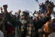 Des manifestants du parti Tehrik-e-Labaik Yah Rassoul Allah Pakistan (TLY) fêtent la démission duministre pakistanais de la justice, Zahid Hamid, qu'ils réclamaient. A Islamabad, au Pakistan, le 27novembre.