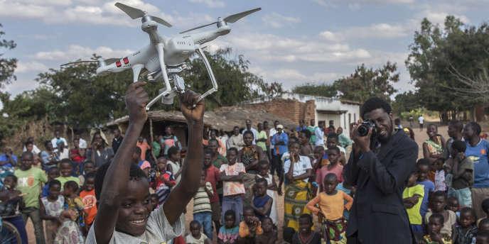 Avec l'aide d'Unicef, le gouvernement du Malawi expérimente l'utilisation de drones à des fins humanitaires, notamment pour le transport d'échantillons de sang et de mucus dans les centres de santé difficiles à atteindre.