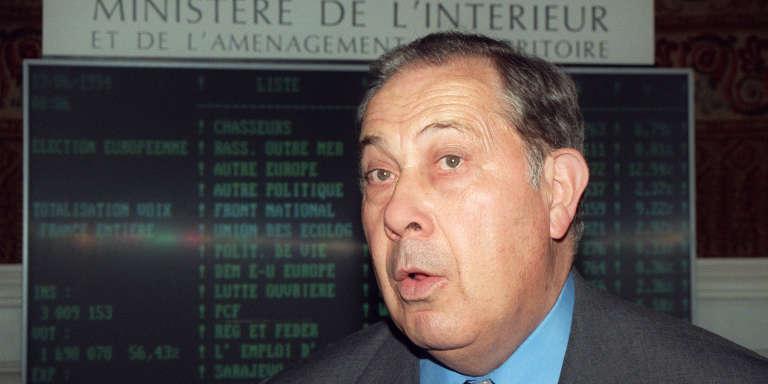 Charles Pasqua, ministre de l'intérieur et de l'aménagement du territoire, à son ministère à Paris, en juin 1994.