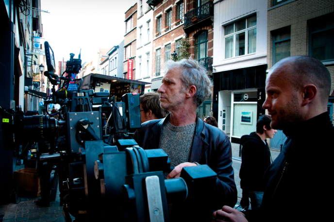 Matthieu Poirot-Delpech, derrière la caméra Red Epic, et Temoudjine Janssens, chef machiniste, sur le tournage du premier film deDavid Lambert,« Hors les murs».