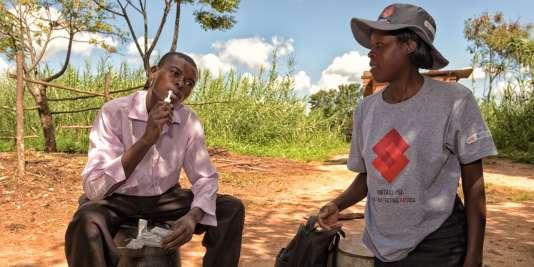 Un jeunehomme s'autoteste pour savoir s'il est atteint du sida, en novembre 2017, à Goromonzi, dans l'est du Zimbabwe