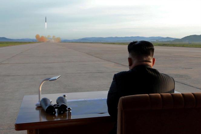 Image fournie par l'agence de presse officielle nord-oréenne montrant, le 16septembre, le dirigeant nord-coréen, Kim Jong-un, assistant au lancement d'un missile.
