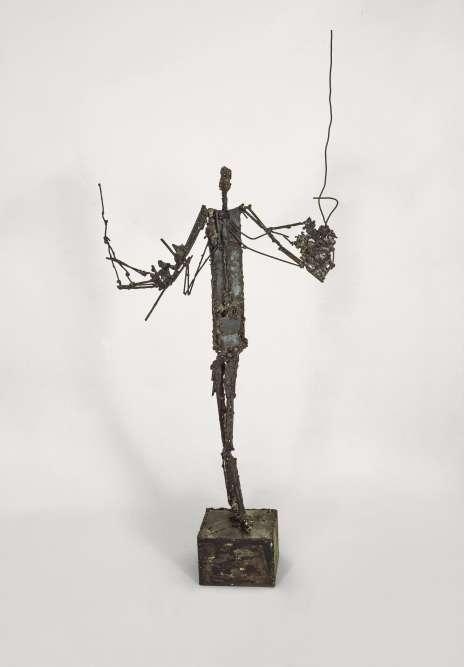 """« Dès son arrivée à Paris en 1946, César est sensible à la sculpture moderne et découvre les assemblages de Gonzalez et de Picasso. Il habite alors au-dessus de l'atelier de Giacometti et voit dans la cour les """"étonnantes sculptures filiformes"""". Ce qu'évoque """"L'Homme qui marche"""", constitué de petites plaques de métal et de fils de fers soudés.»"""