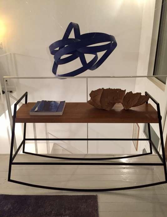 Le banc à bascule des deux créatrices d'Atelier Yade invite à la contemplation devant une œuvre d'art...
